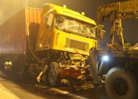 xe-container-huc-nhau-vang-20m-tai-xe-tu-vong-thuong-tam